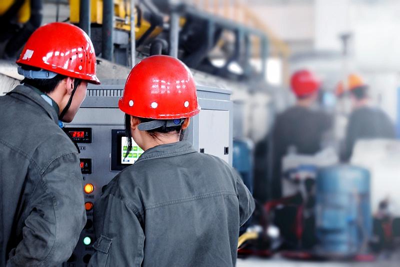 摄图网_500719458_重化工企业人员操作电气设备(非企业商用)